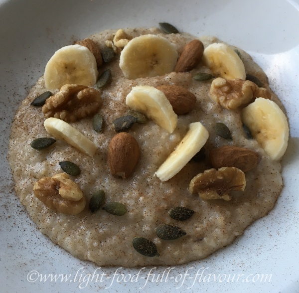 Porridge with flaxseeds, cinnamon, cardamom, almonds and fruit